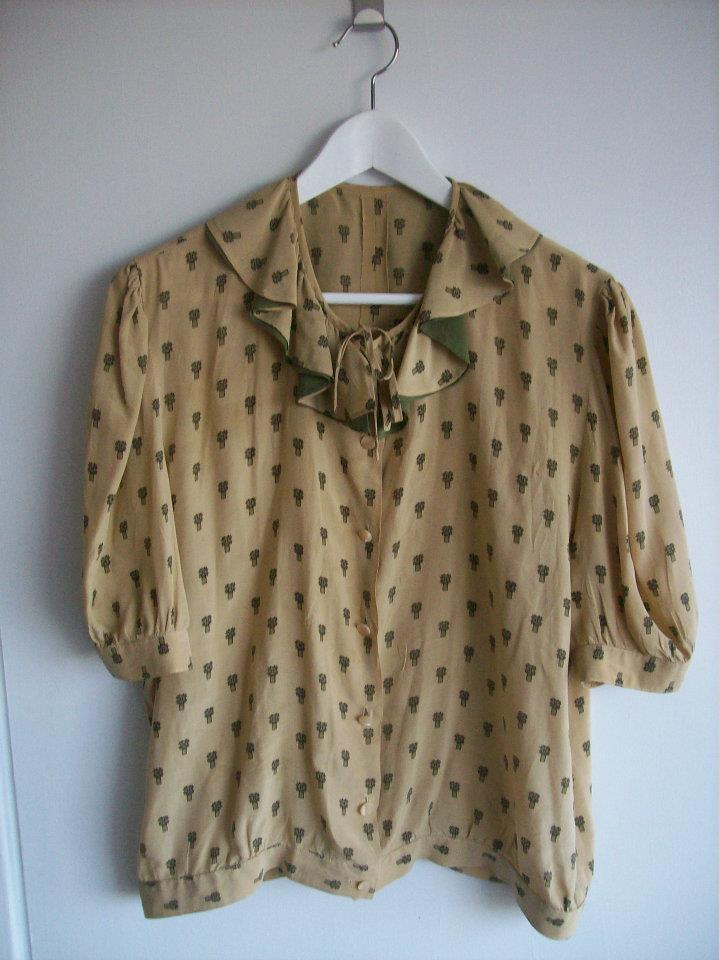 The blouse in light brown with ruffled neckline in