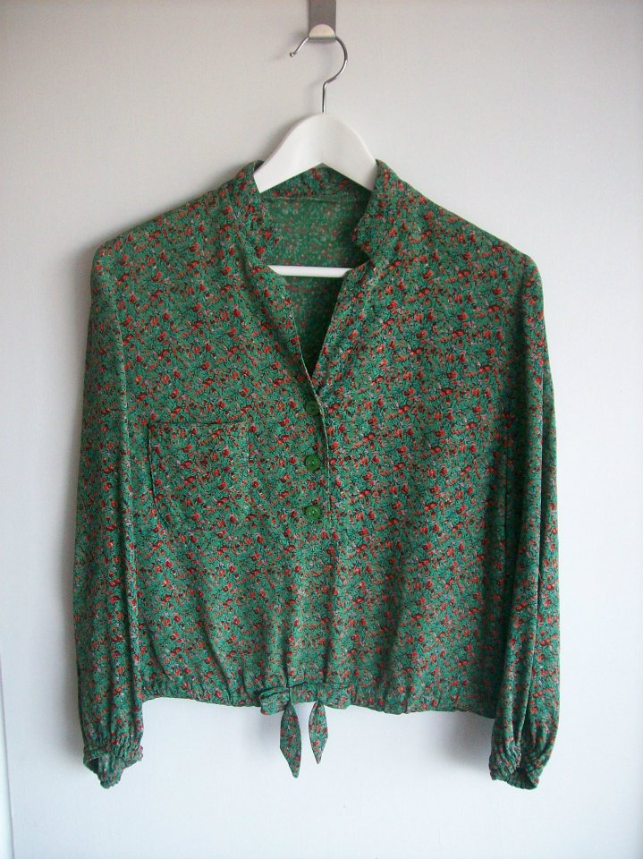 The blouse in green with flower pattern from Hamide's Originals series