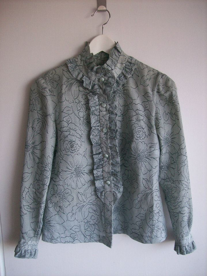 Ruffled blouse in grey with flower pattern in Hamide's Originals series